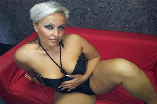 dralle blonde hausfrau zeigt sich nackt
